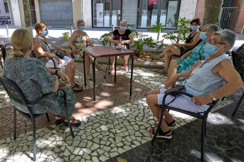 Un grupo de mujeres sentadas en una terraza. EFE/ Natxo Francés/Archivo