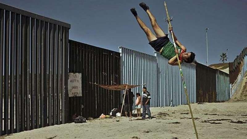 Imagen cedida por el equipo de la fotógrafa alicantina Cristina de Middel de su proyecto sobre la emigración a los Estados Unidos. EFE