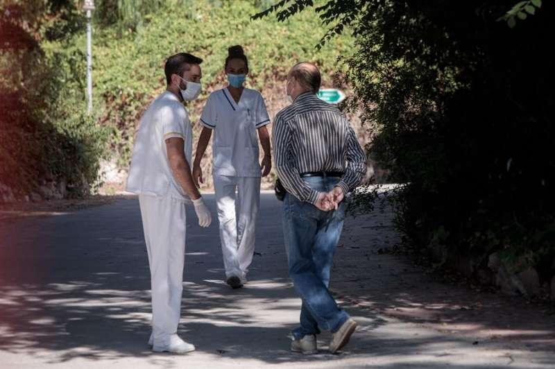 Varios trabajadores conversan con un interno de la residencia Domus Vi de Llíria (Valencia). EFE