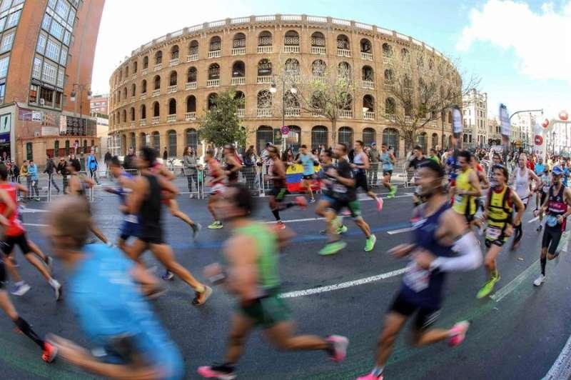 Los corredores del Maratón Valencia Trinidad Alfonso, a su paso por la Plaza de Toros. EFE/Ana Escobar/Archivo