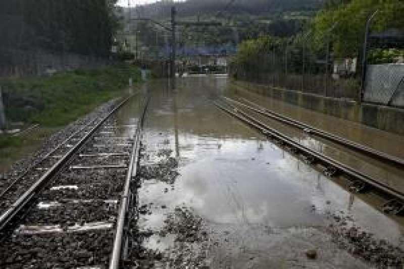 Imagen de archivo de una estación de ferrocarril inundada. EFE
