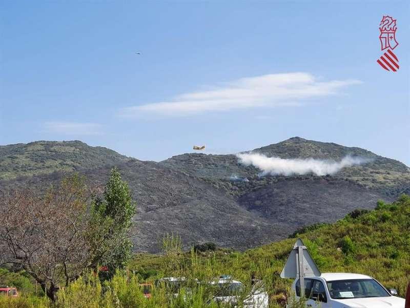 Imagen del 112 Comunitat Valenciana de uno de los hidroaviones que trabajan este domingo en el incendio forestal de la Vall de la Gallinera. EFE