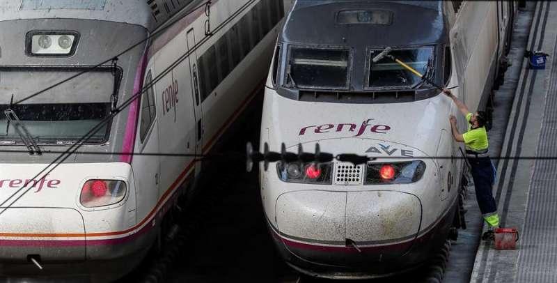 Un operario limpia el parabrisas de un tren AVE. EFE