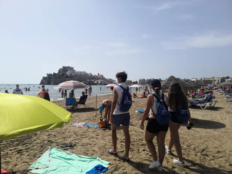 Informadores en playas de la localidad.