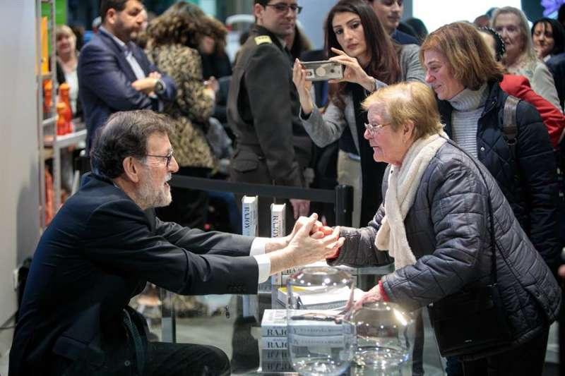 El expresidente del Gobierno Mariano Rajoy durante la firma de ejemplares de su libro