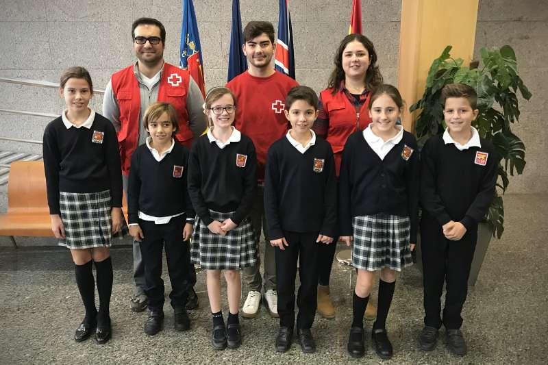 Un grupo de alumnos de Caxton College junto a los miembros de la Cruz Roja que participaron en la charla. epda