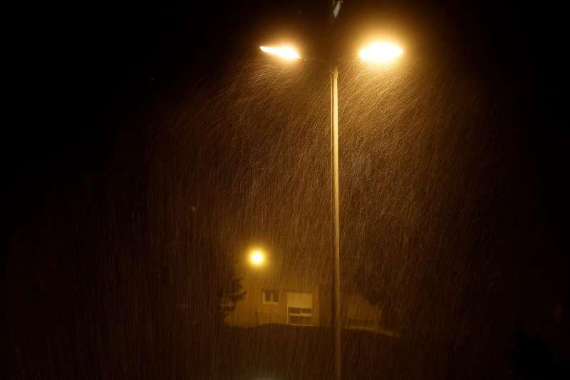 Detalle de la lluvia bajo la luz de las farola, anoche.