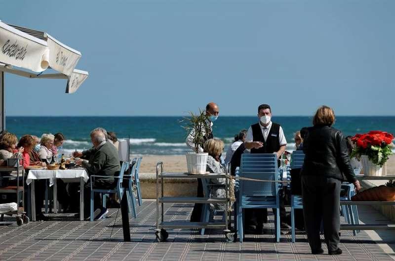 Imagen de archivo de una terraza en València. EFE/Manuel Bruque/Archivo