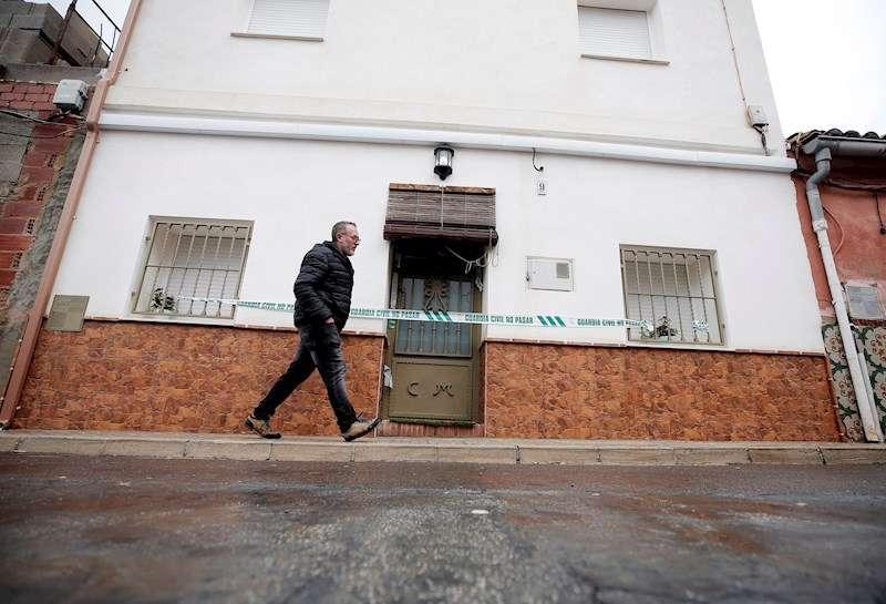 Una persona pasa ante la casa del autor confeso del crimen de Marta Calvo, Jorge Ignacio T.J., en la localidad de Manuel. EFE