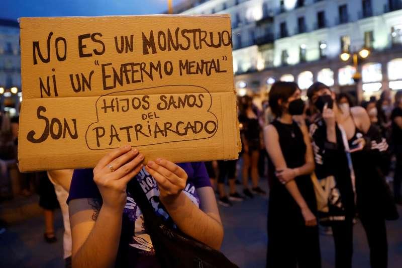 Una mujer muestra un cartel durante una concentración contra la violencia machista.