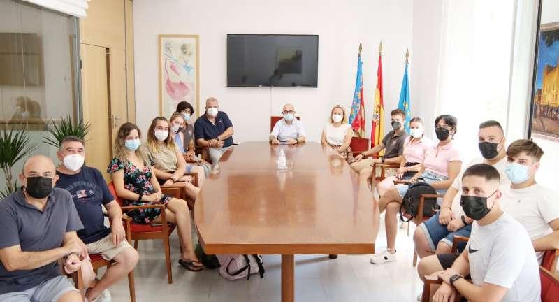 Un momento de la reunión de festeros y el alcalde de Alaquàs. EPDA