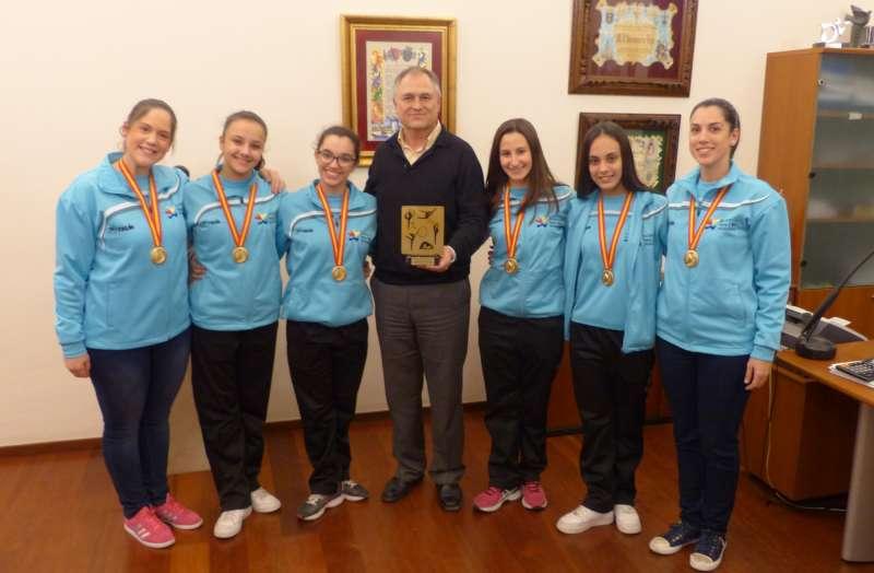 Las deportistas junto al alcalde de Llíria. //EPDA