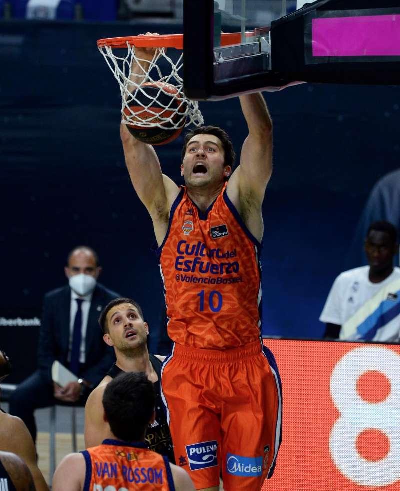 El pivot estadounidense de Valencia Basket, Mike Tobey, machaca la canasta frente al Real Madrid en el Wizink Center.
