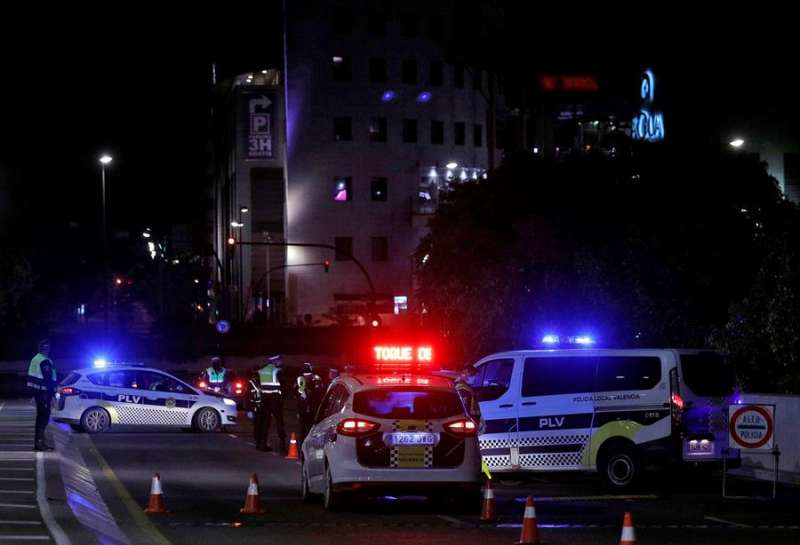 Agentes de la Policía Local de Valencia paran en un control varios vehículos que circulaban tras la entrada en vigor del toque de queda esta madrugada. EFE/Manuel Bruque