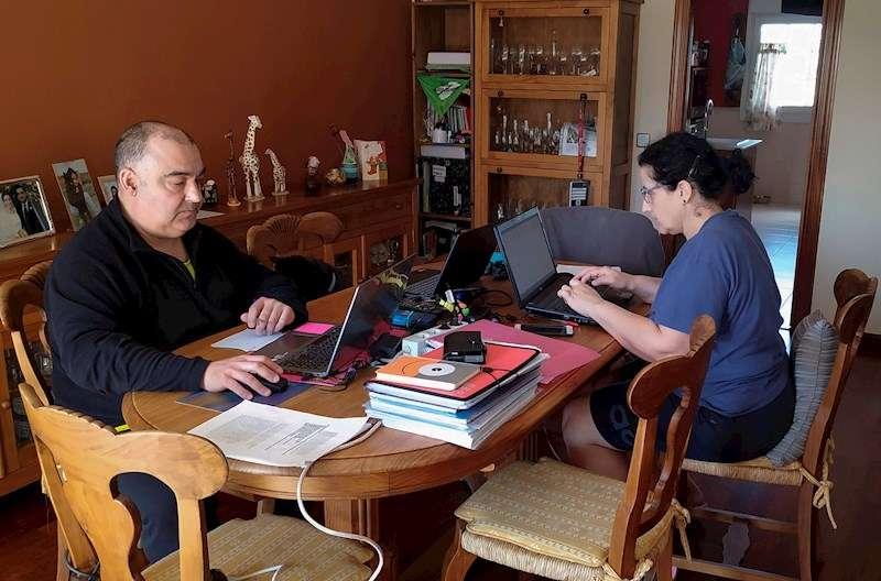 Dos personas teletrabajan en su casa durante el confinamiento fijado por la declaración del estado de alarma. EFE