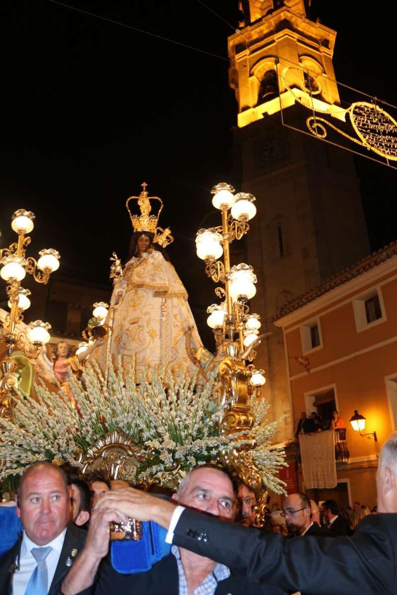 Imagen de la Virgen de Gracia con al campanario al fondo