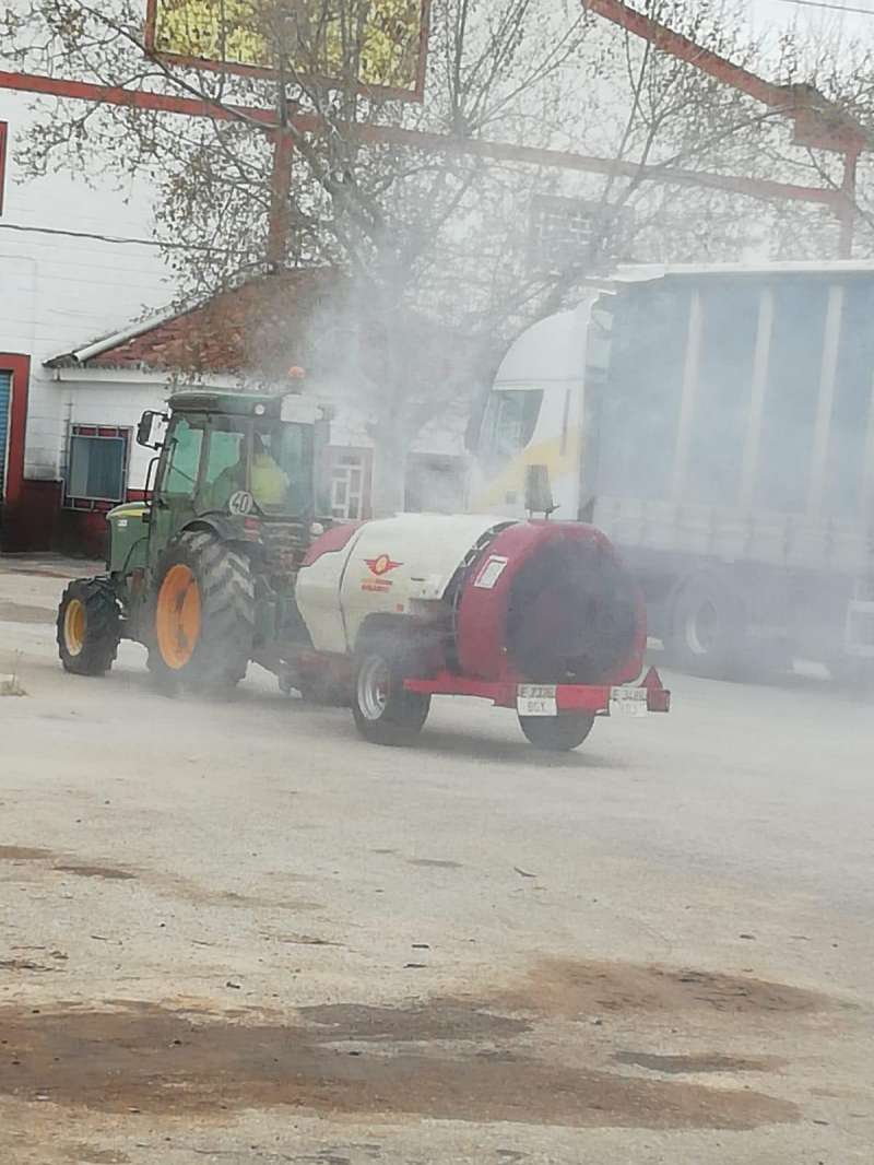 Tractor desinfectando Venta del Moro