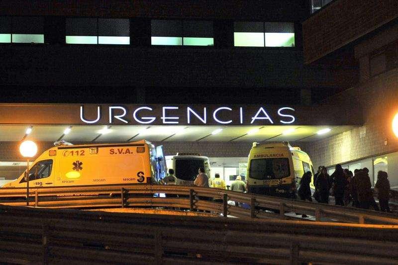 Ambulancias en la puerta de Urgencias de un hospital. EFE/Archivo