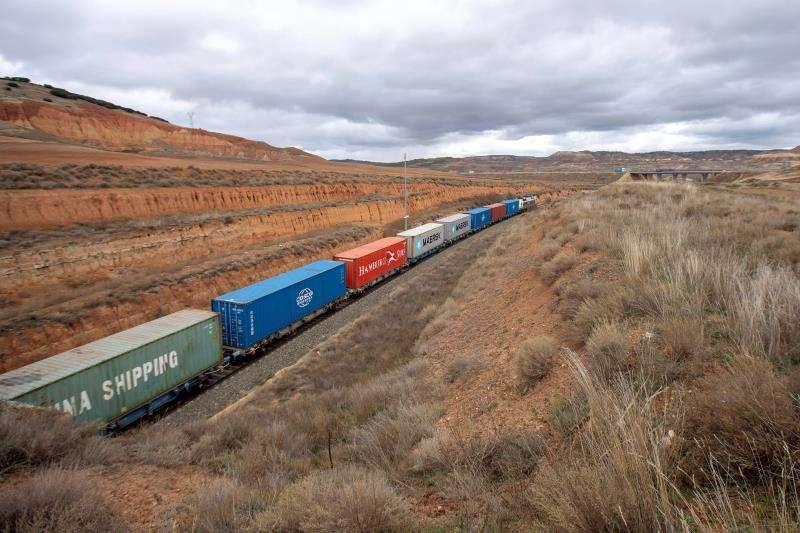 Vista de un tren de mercancías en la línea de ferrocarril Teruel- Zaragoza, cerca del municipio de Navarrete del Río, Teruel. EFE
