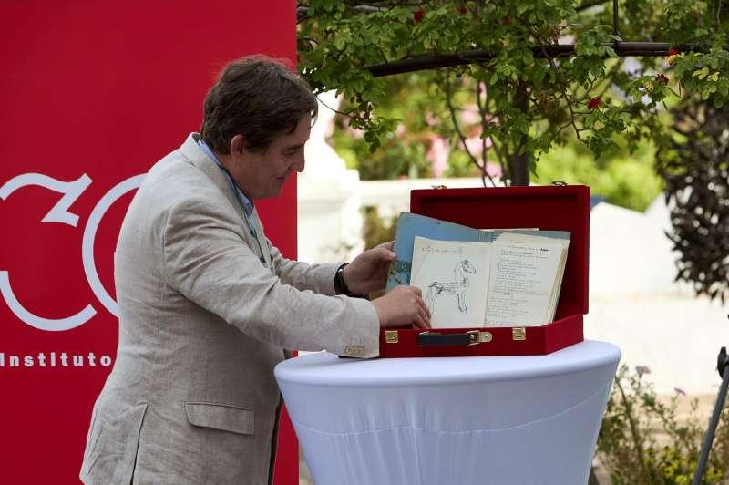 El director del Instituto Cervantes, Luis García Montero, deja unos manuscritos durante el acto de entrega del legado de Brines
