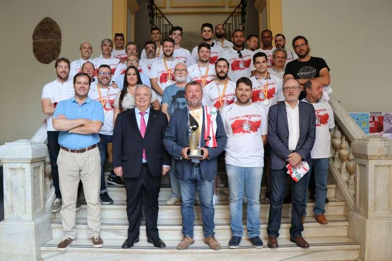 Los jugadores del Fertiberia BM Puerto Sagunto con los políticos en el ayuntamiento. EPDA
