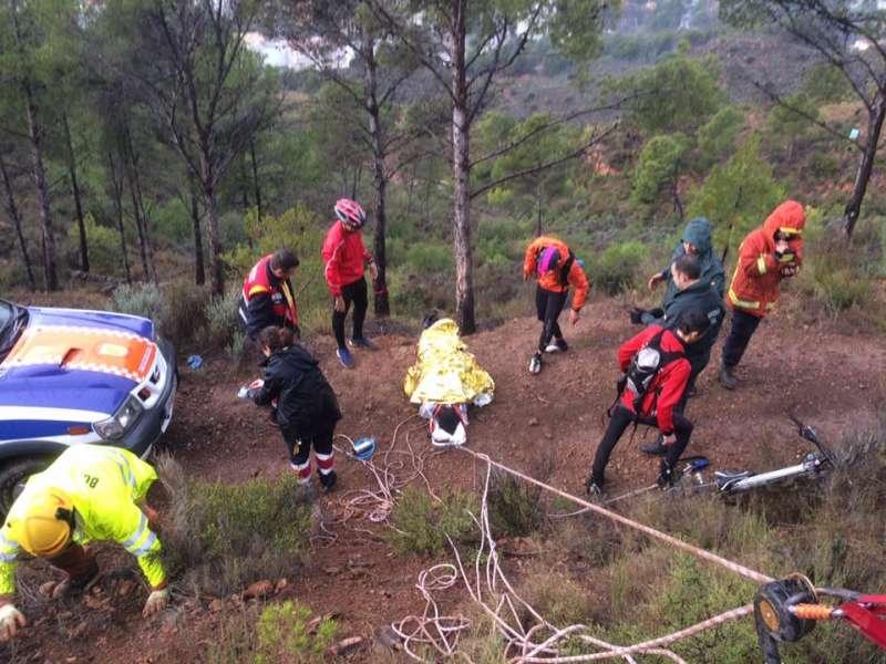 Para rescatar al herido se ha necesitado un sistema de cuerdas y poleas para trasladar al herido. //EPDA