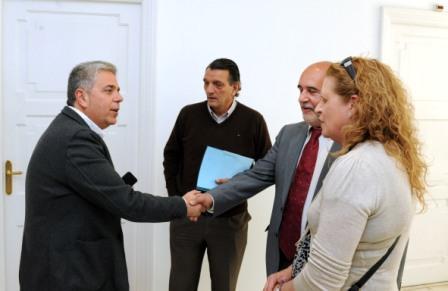 Juan José Medina recibe a Filiberto Prats y a Elvira Domenech en presencia del periodista Miguel Fernández, de Entre Comarcas. Foto EPDA