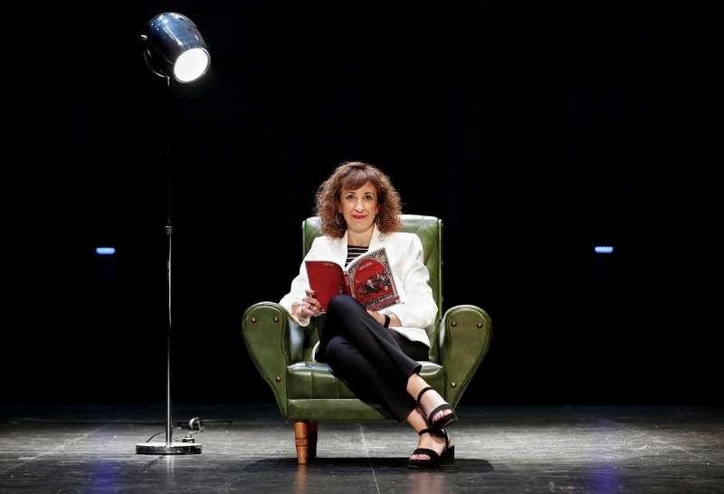 La concejala socialista en el Ayuntamiento de València Maite Ibáñez posa para Efe con un libro en las manos. EFE/Ana Escobar.