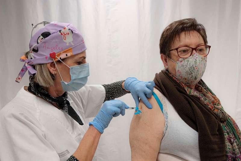 Una persona se vacuna con una dosis de Pfizer. EFE