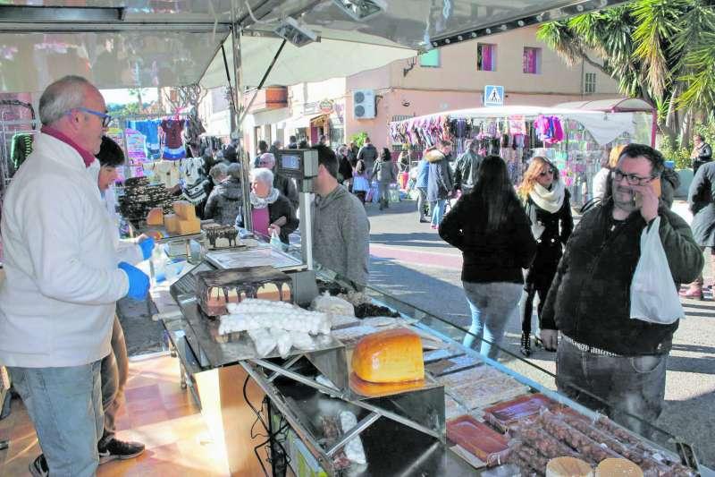 Expositores de juguetes y de productos navideños en la Feria de Santa Llúcia del año pasado. EPDA