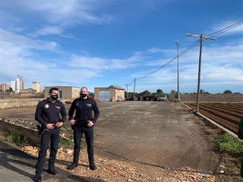 Dos agentes junto a la caseta donde presuntamente ha estado retenido el anciano. EFE