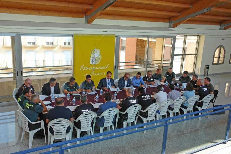 Todos los agentes implicados en la reunión mantenida en Benaguasil para luchar contra los robos de cítricos. //EPDA