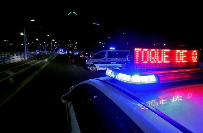 Agentes de la Policía Local de Valencia detienen en un control a varios vehículos tras la entrada en vigor del toque de queda. EFE/Manuel Bruque