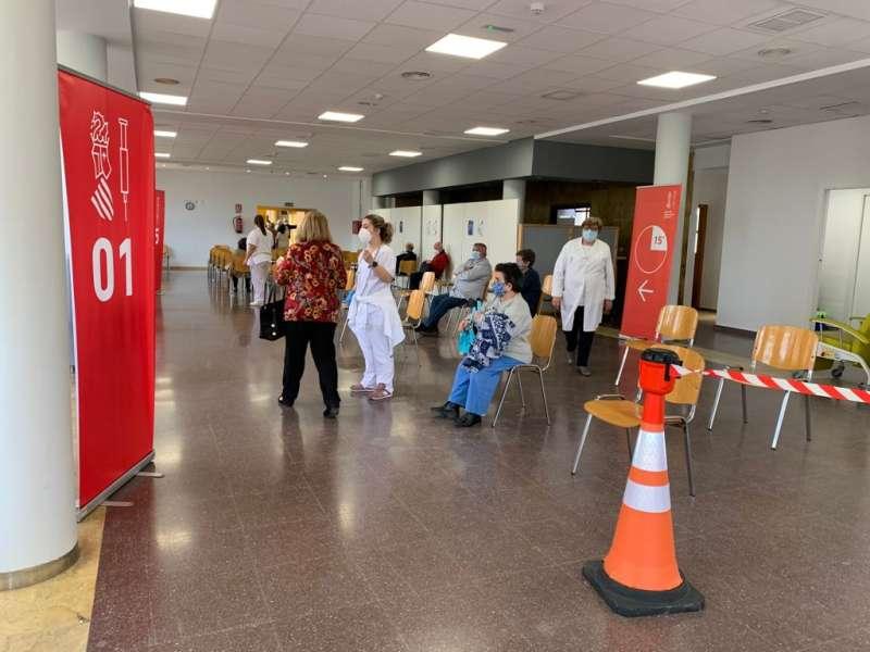 Ciudadanos esperando la vacunación. / B. PEDRÓS