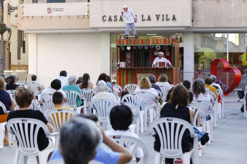 Espectáculo circense en las puertas del ayuntamiento de Mislata. EPDA