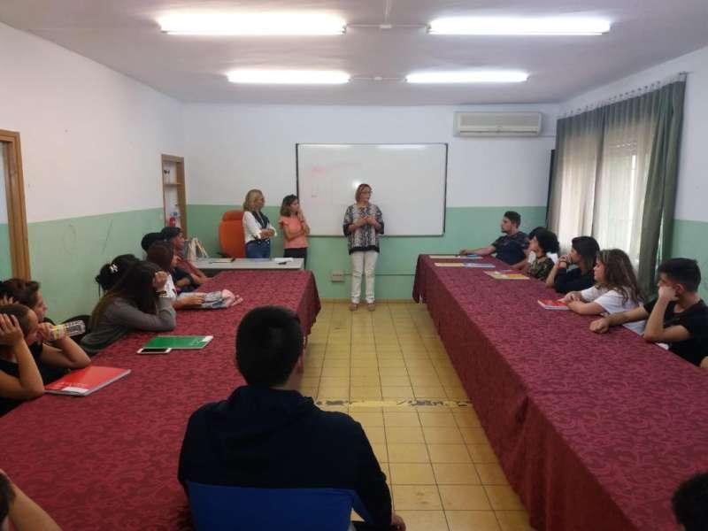 La presidenta de la Mancomunitat da la bienvenida a los alumnos de uno de los cursos anteriores. / EPDA