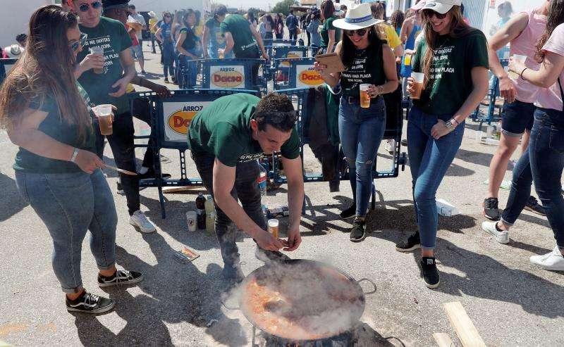 Varios jóvenes participan en el festival de las Paellas Universitarias que se celebra en la pedanía de la Punta, en València. EFE