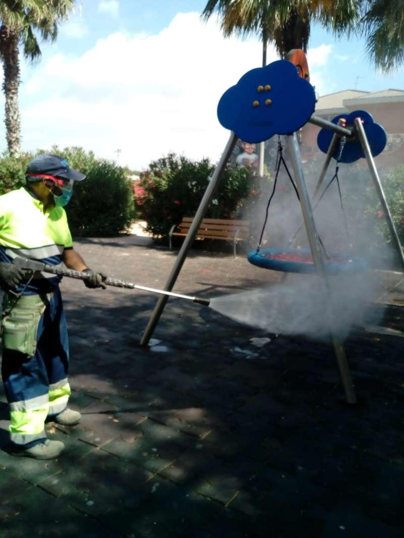Un técnico de limpieza en un parque municipal