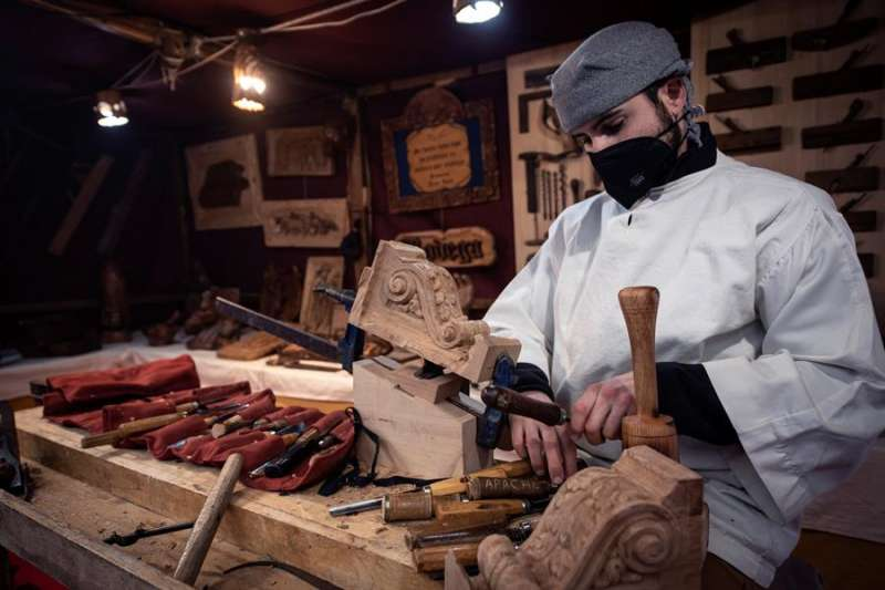 El trabajador de una empresa elabora un producto de madera. EFE