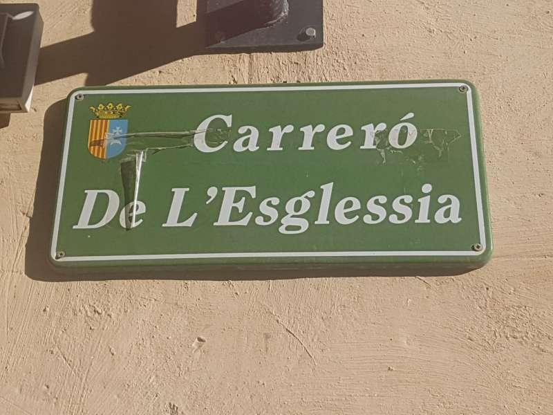 Una de las señales del municipio escritas con errores ortográficos