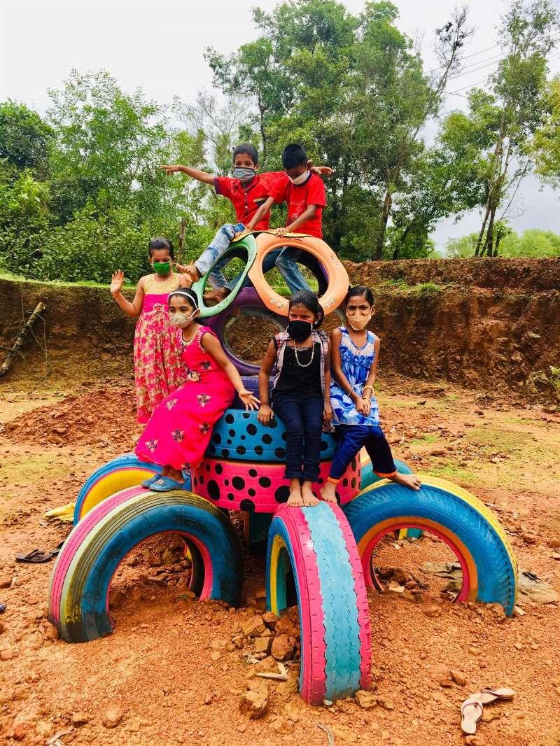 Varias niñas juegan en el parque diseñado por Teresa Soriano, en una imagen facilitada por la UPV. EFE