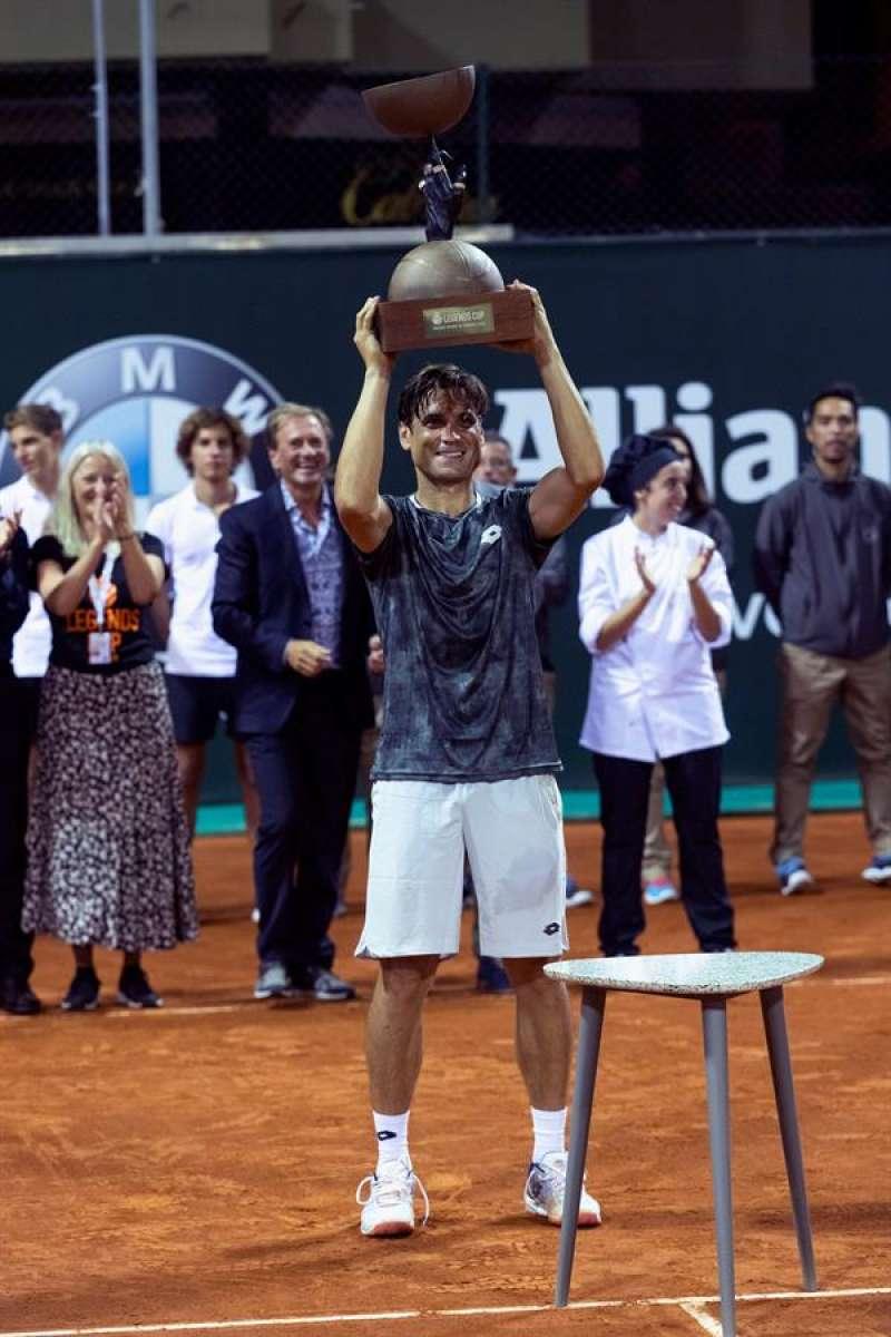 El jugador David Ferrer levanta el trofeo de la ATP Champions Tour Legends Cup. EFE/Lliteres