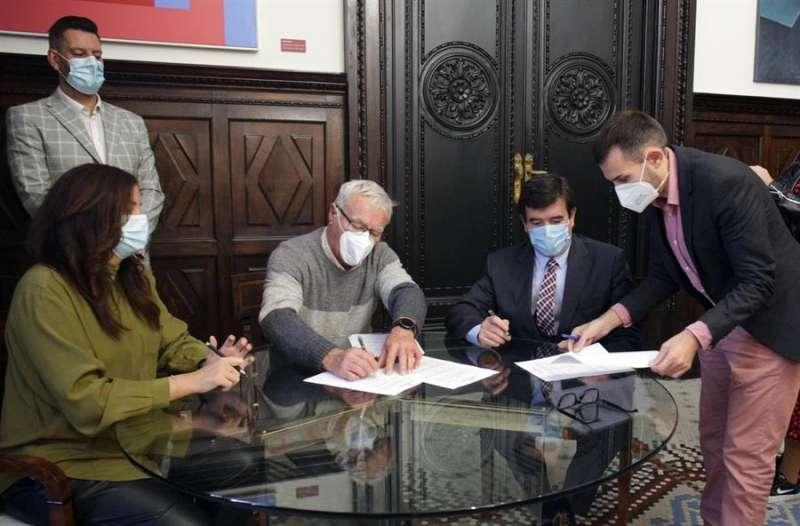 El alcalde de València, Joan Ribó (Compromís), y los vicealcaldes Sandra Gómez (PSPV) y Sergi Campillo (Compromís) han rubricado el acuerdo este jueves con el portavoz de Cs, Fernando Giner, en una imagen facilitada por el Ayuntamiento.