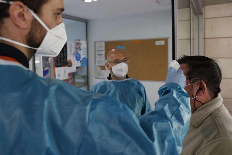 Personal sanitario toma la temperatura a una persona. EFE/Zipi/Archivo