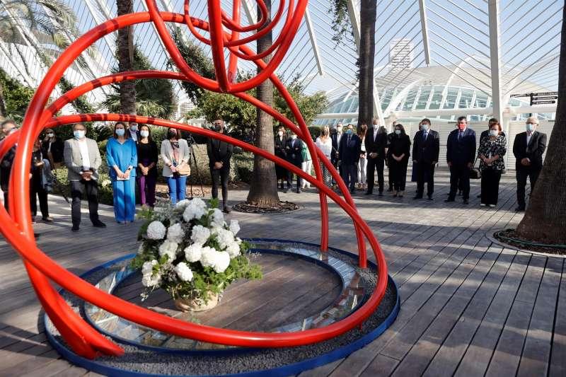 La Generalitat, encabezada por su president, Ximo Puig, en un acto oficial de homenaje a las víctimas de la covid-19.