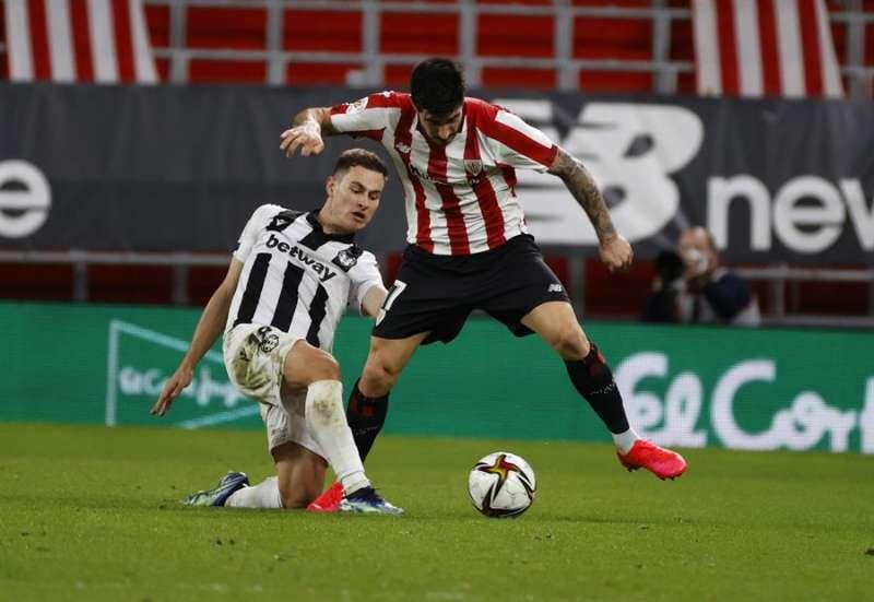 El defensa del Athlétic Yuri Berchiche (d) disputa un balón con De Frutos, del Levante, durante el partido de ida de semifinales de la Copa del Rey que Athlétic de Bilbao y Levante UD en San Mamés. EFE/Archivo