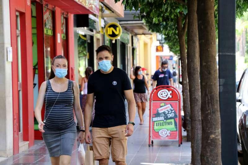 Gente con mascarillas en Torrent. EPDA
