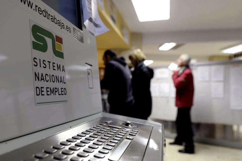 En la imagen, varias personas en una oficina de empleo del Servicio Público de Empleo. EFE/Archivo