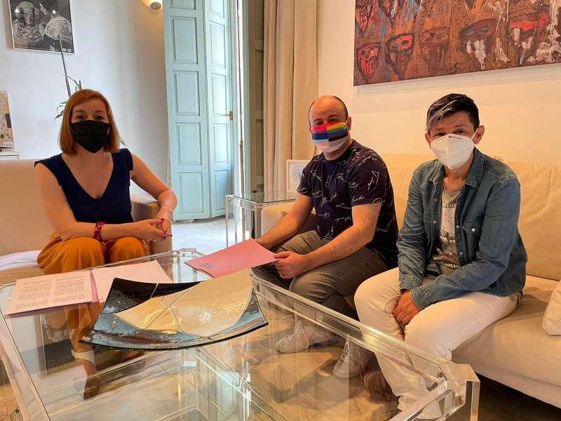 La diputada de Diversidad, Dolors Gimeno, se ha reunido, en el Día Internacional contra la LGTB-fobia, con los representantes de Lambda, Juan Francisco Fernández y Marina Valiente.