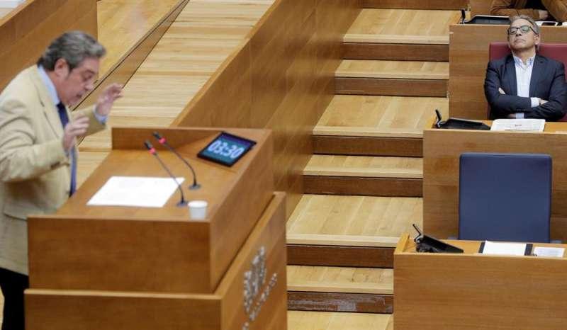 El síndic del partido socialista en Les Corts, Manolo Mata (d), durante una intervención del diputado de Vox José María Llanos en Les Corts. EFE
